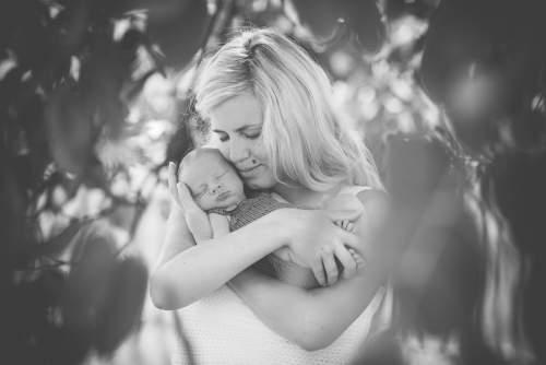 Tessa Trommer Fotografie Erfurt Neugeborene Mama Natur Baum Schwarzweiss Umarmung