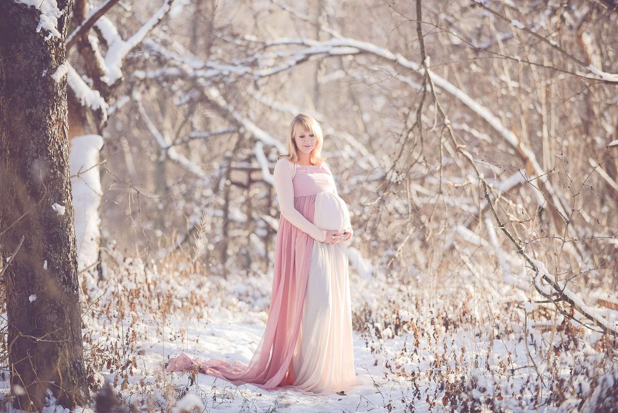 Tessa Trommer Fotografie Erfurt Babybauch Schwangerschaftsfotografie Schnee Schneefotos Belly Kleid Schleppe Rosa