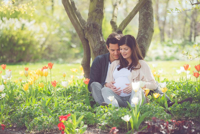 Tessa Trommer Fotografie Erfurt Schwangere Schwangerschaft Blumen Tulpen Outdoor Natur Baum Paar Gegenlicht Park
