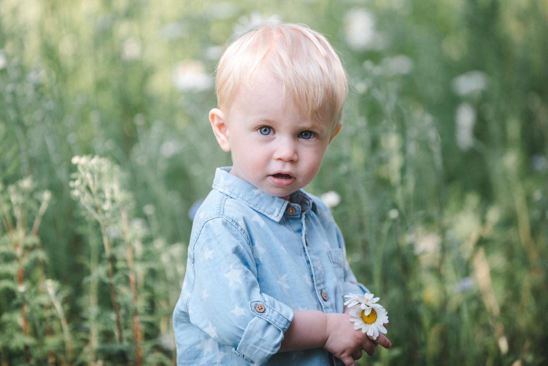 Tessa Trommer Fotografie Baby Kinderfoto Babyfotografie Junge Blume